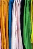 Bunte Anzeige auf den Hemden, die an einem Gestell hängen Stockfoto