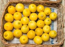 Bunte Anzeige von Zitronen im Markt Lizenzfreies Stockfoto