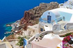 Bunte Architektur in Santorini mit Ägäischem Meer Stockbilder