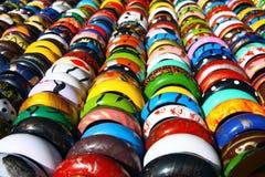 Bunte Armbänder in den Zeilen lizenzfreie stockfotos