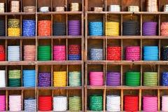 Bunte Armbänder in einem Markt Stockfotografie