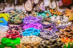 Bunte Armbänder, Perlen und Halskettenandenken für Verkauf auf str Lizenzfreies Stockfoto