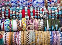 Bunte Armbänder und Halsketten mit Kornen Lizenzfreies Stockbild