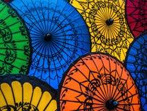 Bunte asiatische Regenschirme am traditionellen birmanischen Straßenmarkt- Lizenzfreie Stockfotografie