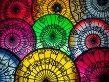 Bunte asiatische Regenschirme am traditionellen birmanischen Straßenmarkt- Lizenzfreies Stockbild