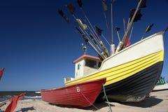 Bunte auf den Strand gesetzte Boote Stockfotografie