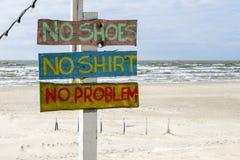 Bunte Aufschrift am Strandcafé, kein Problem stockfoto