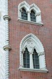 Bunte aufwändige Fenster auf Backsteinmauer Lizenzfreies Stockbild