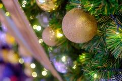 Bunte Bälle, Weihnachtsdekoration während des Weihnachten und glückliches Lizenzfreie Stockfotos