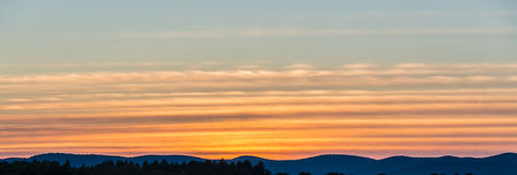 Bunte Bänder von Cirrus-Wolken Lizenzfreie Stockfotografie