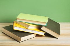 Bunte Bücher auf dem Holztisch Scheren und Bleistifte auf dem Hintergrund des Kraftpapiers Zurück zu Schule Kopieren Sie Raum für Lizenzfreies Stockbild