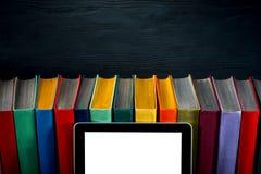 Bunte Bücher des Tablets auf Hintergrund stockfotos