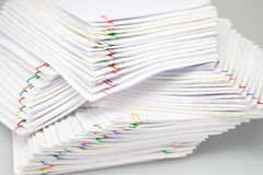 Bunte Büroklammer mit Stapel der Überlastungsschreibarbeit und -berichte stockfotos