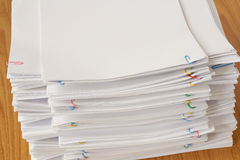 Bunte Büroklammer mit Stapel des Überlastungsdokuments und -berichte lizenzfreie stockbilder