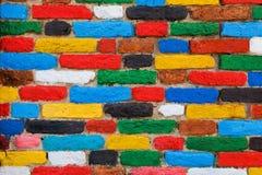 Bunte Backsteinmauer. Einzigartiger Hintergrund Stockfotografie