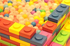 Bunte Ballkinder, Plastikballteich des lustigen Kindergartens stockbilder
