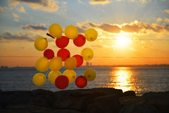 Bunte Ballone auf Strand Lizenzfreie Stockfotos