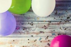 Bunte Ballone auf weißer Weinlesetabelle Copyspace Lizenzfreie Stockbilder