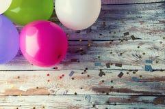 Bunte Ballone auf weißer Weinlesetabelle Copyspace Lizenzfreies Stockfoto
