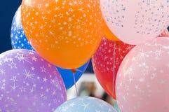 Bunte Ballone auf Zeichenketten Stockbild