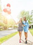 Bunte Ballone in der Straße Lizenzfreie Stockbilder