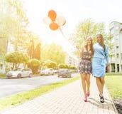 Bunte Ballone in der Straße Lizenzfreie Stockfotos
