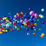 Bunte Ballone, die in die Himmelpartei fliegen Stockbild