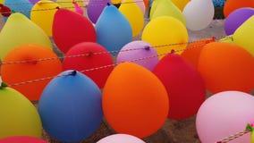 Bunte Ballone, die im Wind durchbrennen stock footage
