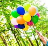 Bunte Ballone draußen Stockfotografie