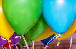 Bunte Ballone in einer Partei Stockbilder