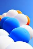 Bunte Ballone gegen blauen Himmel Lizenzfreies Stockfoto