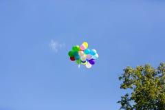 Bunte Ballone im blauen Himmel Stockbilder