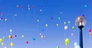 Bunte Ballone im Himmel stockfoto