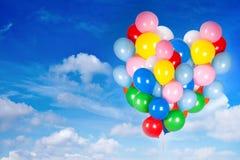 Bunte Ballone im Himmel Stockbild
