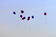 Bunte Ballone im Himmel Stockfotos