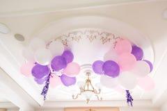 Bunte Ballone im Raum vorbereitet für Geburtstagsfeier lizenzfreies stockbild