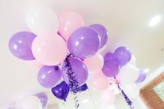 Bunte Ballone im Raum vorbereitet für Geburtstagsfeier lizenzfreies stockfoto