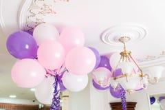 Bunte Ballone im Raum vorbereitet für Geburtstagsfeier lizenzfreie stockfotografie