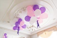 Bunte Ballone im Raum vorbereitet für Geburtstagsfeier lizenzfreie stockfotos