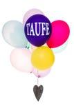 Bunte Ballone mit einem hölzernen Herzen, Konzepttaufe Lizenzfreie Stockbilder