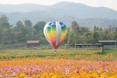 Bunte Ballone mitten in Kosmosfeld lizenzfreie stockfotografie