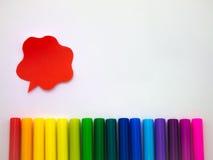 Bunte Ballone und Stifte (weißer Hintergrund) Stockfoto