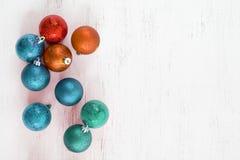 Bunte Ballweihnachtsverzierung lizenzfreie stockbilder