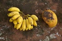 Bunte Bananen und Papaya Lizenzfreie Stockfotografie