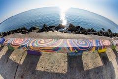 Bunte Bank auf der Ufergegend von Pomorie in Bulgarien Lizenzfreie Stockbilder