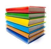Bunte Bücher auf weißem Hintergrund Stockfotos