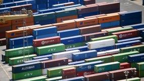 Bunte Behälter in einem Hafen Lizenzfreies Stockfoto