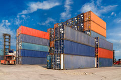 Bunte Behälter gestapelt am Hafenfrachtumschlagplatz Stockfotos