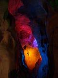 Bunte Beleuchtung in einem Höhlendurchgang. Stockfotos