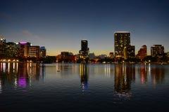Bunte belichtete Gebäude, die im See mit Schwänen am Eola See-Park in Orlando Downt sich reflektieren lizenzfreie stockfotografie